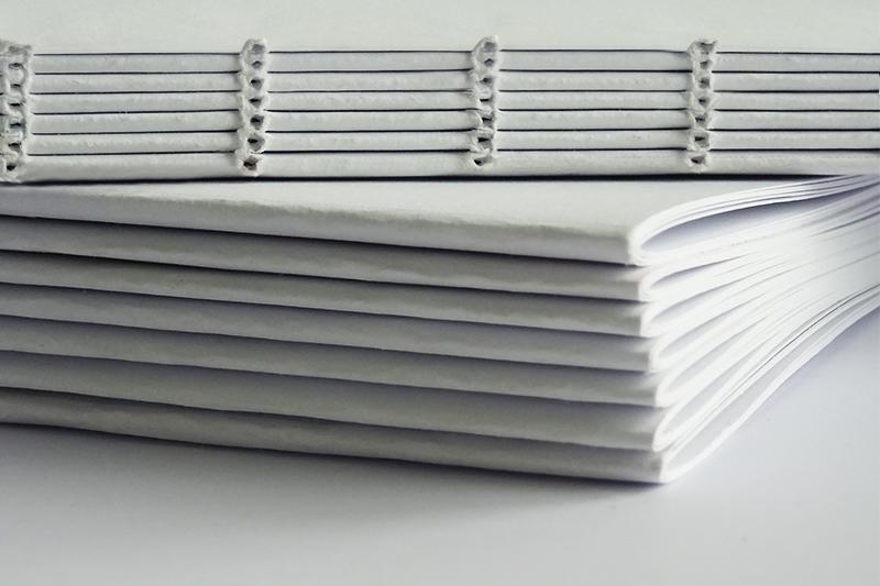 Brossura filo refe: segnature e la loro cucitura filo refe.